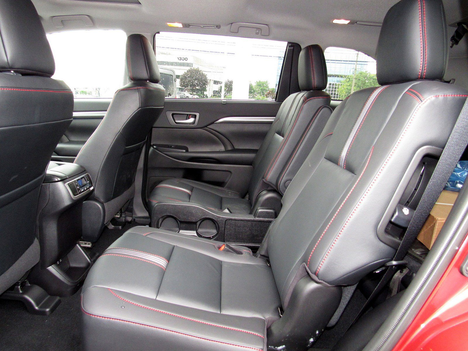 New 2019 Toyota Highlander SE