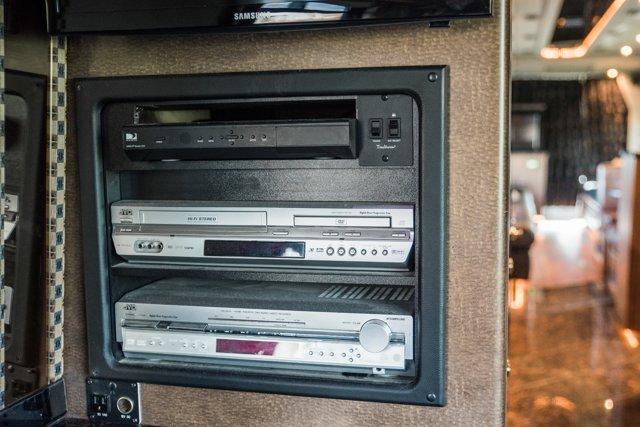 2004 Amadas Featherlite MCI E4500 - picture 50