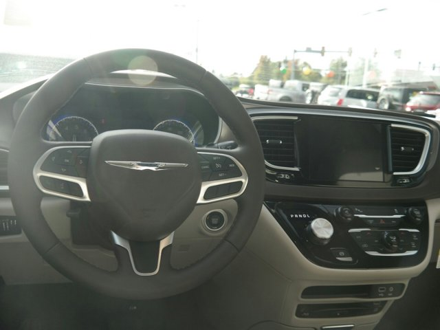 2017 Chrysler Pacifica Touring-L Plus FWD photo