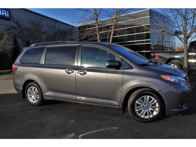 2017 Toyota Sienna XLE photo