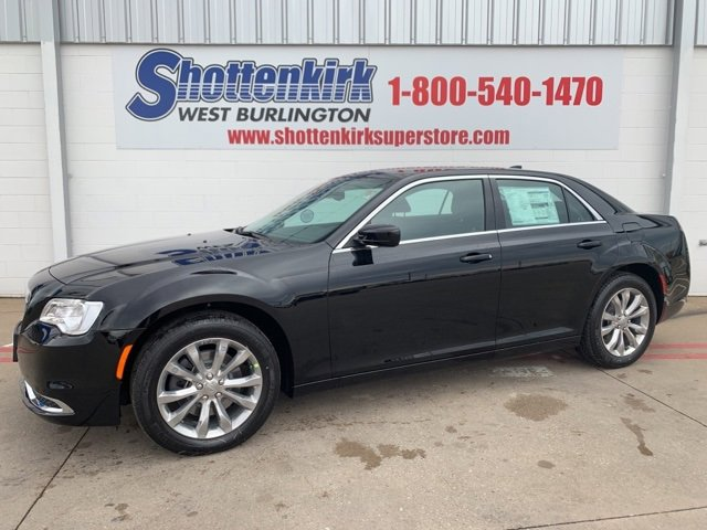 New 2019 Chrysler 300 in West Burlington, IA
